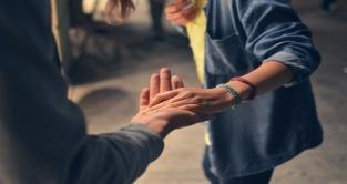 empathie collega handen vast s